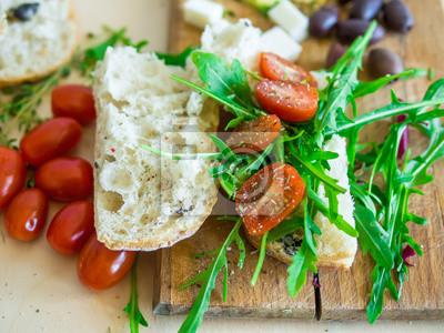 Ensemble des aliments sains composé de sandwich frais avec la cerise et à la tomate