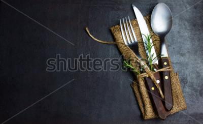 Papiers peints Ensemble vintage rustique de coutelle, cuillère, fourchette. Fond noir. Vue de dessus