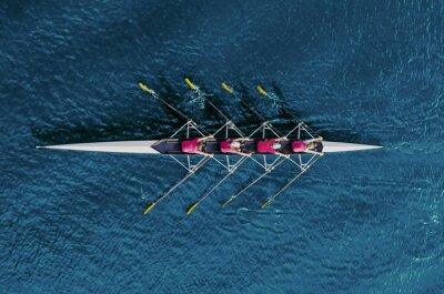 Papiers peints Équipe féminine d'aviron sur l'eau bleue
