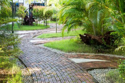 Papiers peints Façon Jardin de marche faite de brique d'argile à la lumière agréable du matin