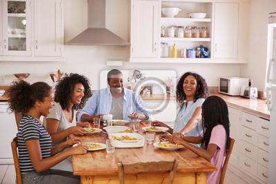 Papiers peints Famille avec des enfants adolescents Manger du repas dans la cuisine
