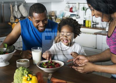 Papiers peints Famille noire, manger des aliments sains ensemble