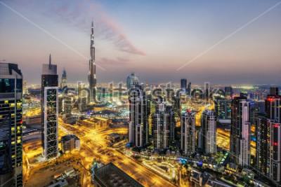 Papiers peints Fantastique vue aérienne de Dubaï, Emirats Arabes Unis, au coucher du soleil. Architecture futuriste d'une grande ville moderne à la lumière dramatique. Horizon nocturne coloré. Voyage de fond.