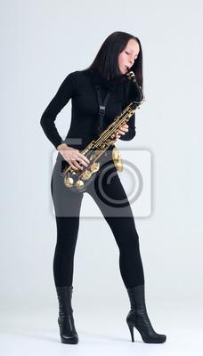 femme avec le saxophone.