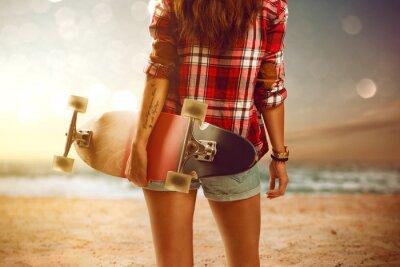 Papiers peints Femme avec longboard à la plage