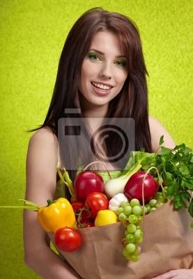 Femme avec un sac rempli de fruit nutritif et veget