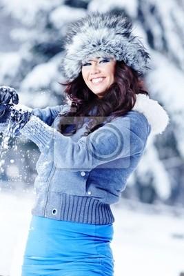 Femme de beauté dans le paysage d'hiver
