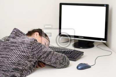 Femme fatiguée dormir à son bureau derrière un écran blanc papier