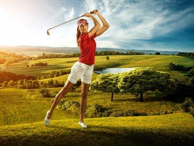 Papiers peints Femme golfeur de frapper la balle sur le paysage magnifique