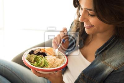 Papiers peints Femme mangeant un bol végétalien
