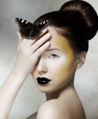 Papiers peints Femme romantique tenant papillon dans sa main. Fantaisie