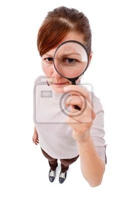 Femme sérieuse détective avec la loupe