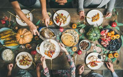 Papiers peints Fête traditionnelle de Thanksgiving. Plat-lay d'amis ou de la famille de manger des collations différentes et de la dinde à la table de Noël festive, vue de dessus