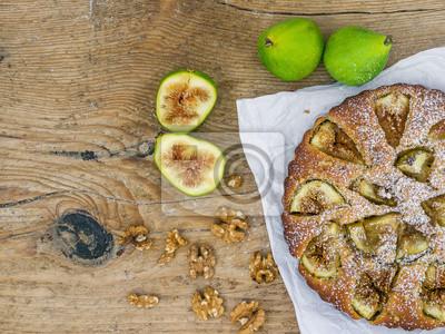 Fig tarte aux noix sur un bureau en bois