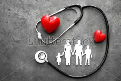 Papiers peints Figure de famille, coeurs rouges et stéthoscope sur fond gris. Concept de soins de santé