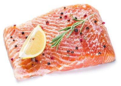 Filet de saumon salé sur le fond blanc.