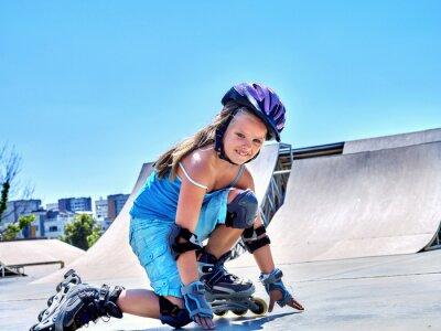 Papiers peints Fille à cheval sur patins à roulettes dans le skatepark.