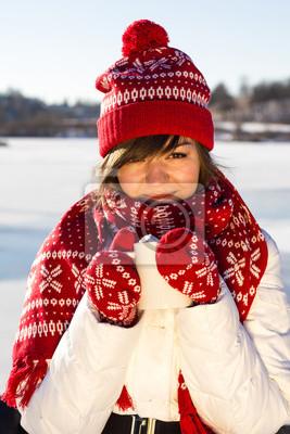 Fille avec un café chaud en hiver