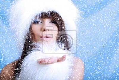 Fille d'hiver avec flocon de neige, fond bleu