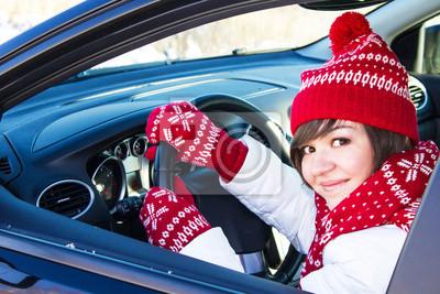 Fille dans la voiture en hiver