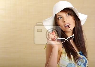 fille de l'été dans le chapeau blanc