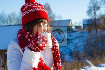 Fille de l'hiver avec une tasse de chocolat chaud