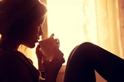 Papiers peints fille et café le matin