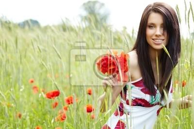 fille marche dans le champ de pavot