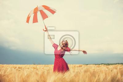 Papiers peints Fille rousse avec le parapluie au champ