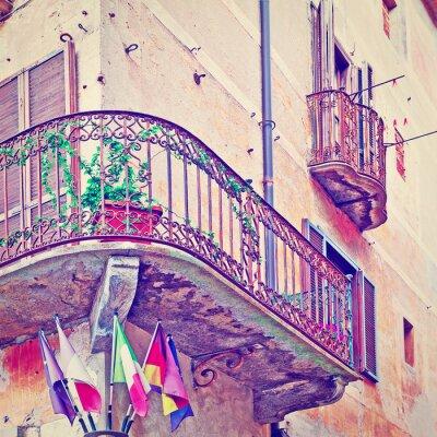 Papiers peints Flags under Balcony