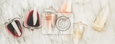 Papiers peints Flat-lay de vin rouge, rose et blanc dans des verres et des tire-bouchons sur fond de marbre gris, vue de dessus, composition large. Bar à vin, établissement vinicole, concept de dégustation de vin