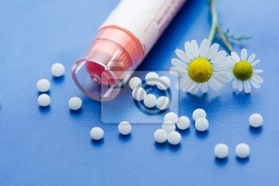 fleur de camomille et de médicaments homéopathiques sur la surface bleue