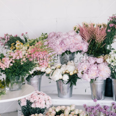 Papiers peints Fleurs dans les vases et les seaux. Fleuriste