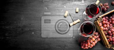 Papiers peints Fond de vin. Vin rouge dans une vieille boîte avec un tire-bouchon.