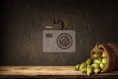 Fond flou des barils marrons et houblon au panier