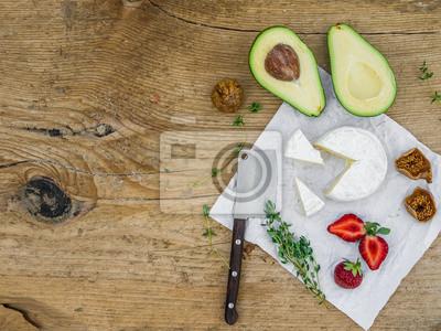 Fromage et ensemble vegtable sur un bureau en bois
