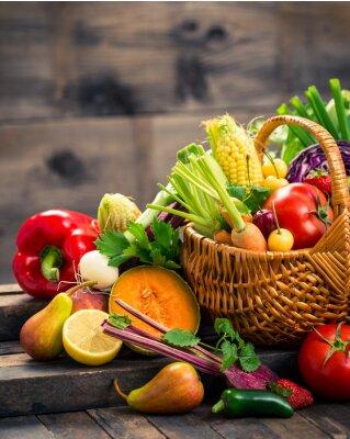 Fruits et légumes frais dans le panier