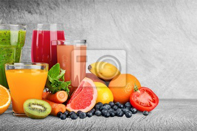 Fruits sains frais et jus dans des verres