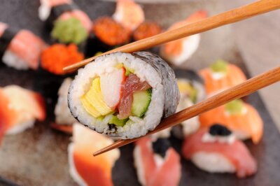 Papiers peints Futomaki sushi détenu par des baguettes