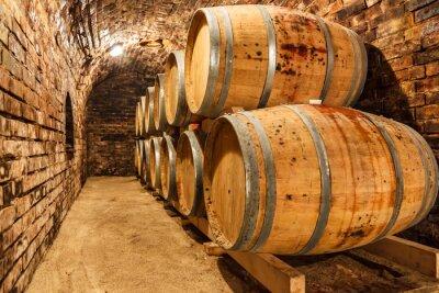 Papiers peints Fûts de chêne dans une cave à vin souterraine