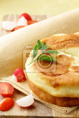 galettes frites à l'huile sur une planche de bois