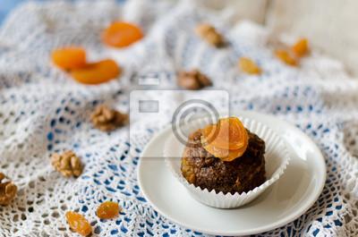 gâteau au chocolat avec des abricots secs et les noix