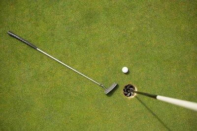 Papiers peints Golf club et balle de golf sur le green à côté drapeau