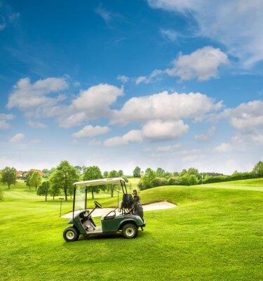 Papiers peints Golf panier sur un terrain de golf. Champ vert et bleu ciel nuageux