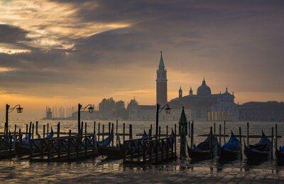 Papiers peints Gondoles de la Place Saint Marc pendant le lever du soleil avec San Giorgio di église de Majeur, dans le fond à Venise Italie