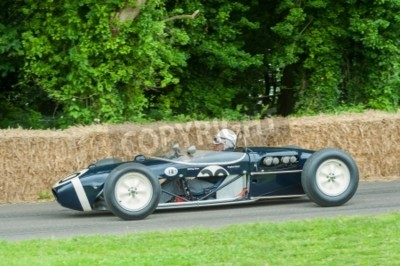 Goodwood, au Royaume-Uni - 1 Juillet, 2012: la légende de sport automobile, Stirling Moss dans son classique Lotus 18 voiture de Formule 1 sur le parcours de la colline à Goodwood, au Royaume-Uni