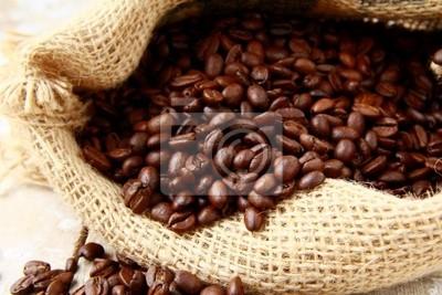 Grains de café aromatiques fraîches dans un sac de toile