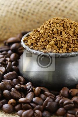 Grains de café aromatiques fraîches dans une boîte de café en métal rouge