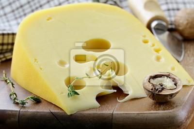 grand morceau de variétés de fromage Maasdam sur planche à découper