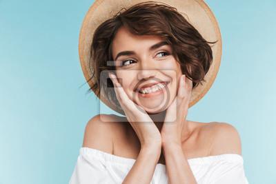 Papiers peints Gros plan d'une jeune femme souriante au chapeau d'été